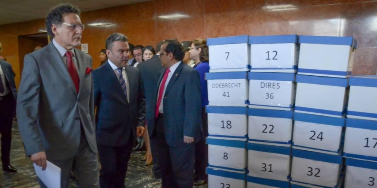 Contralor Celi entregó a la Asamblea 40 cajas del caso Odebrecht