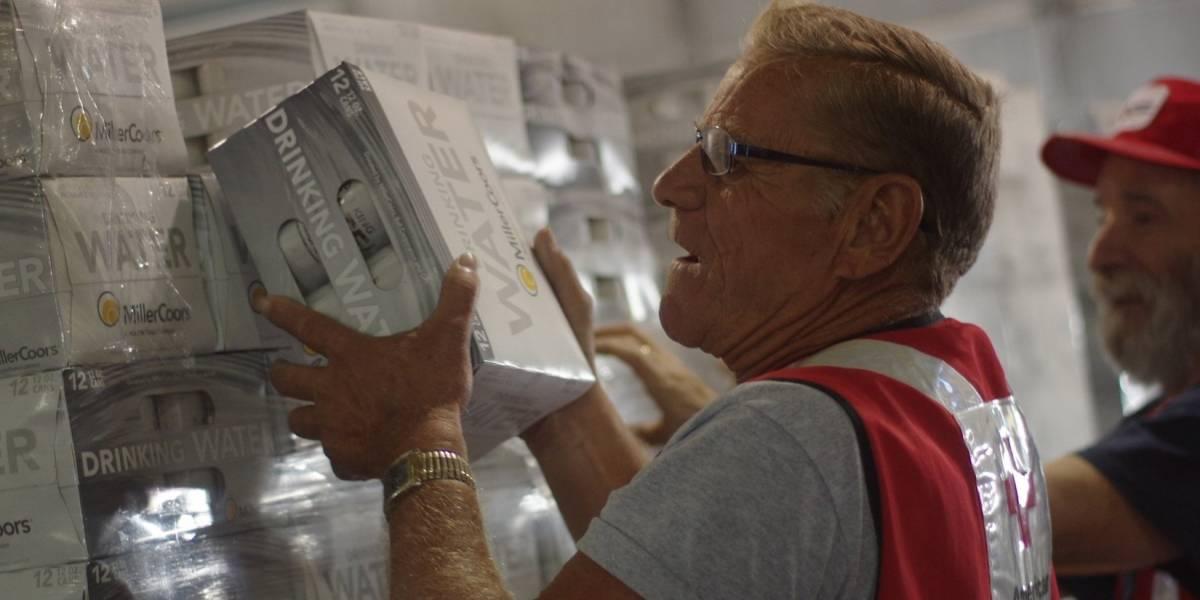 Donan 25 mil latas de agua potable a víctimas del huracán Irma en Puerto Rico y el Caribe