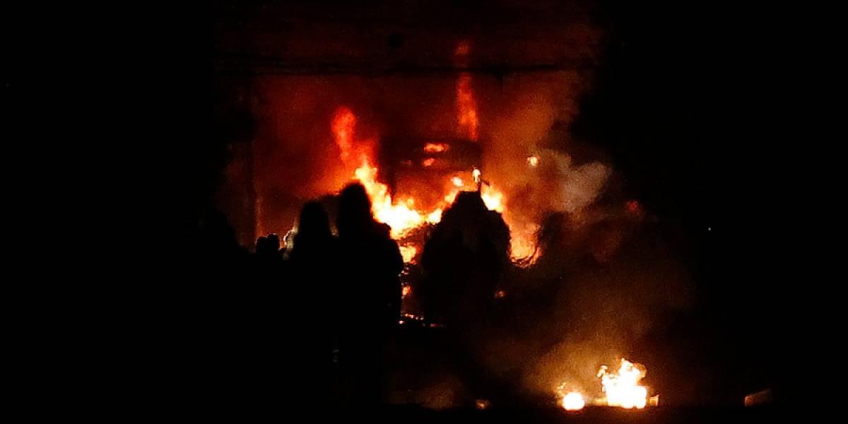 """Bus del Transantiago incendiado, vehículos quemados, saqueos y barricadas marcaron noche del """"11"""" en la capital"""