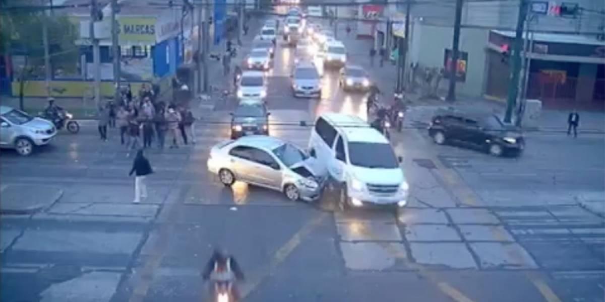 VIDEO. Automovilista atropella a transeúnte y luego choca contra otro vehículo