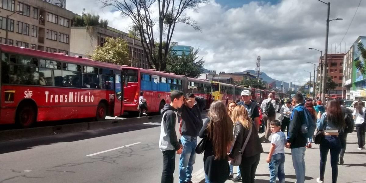 ¡Atención! Derrame de aceite sobre la avenida caracas genera caos en TransMilenio