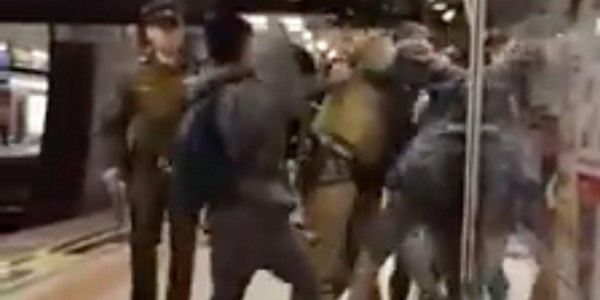 ¡Qué violentos! Este es el polémico video en el que pelean escolares y carabineros que se ha viralizado