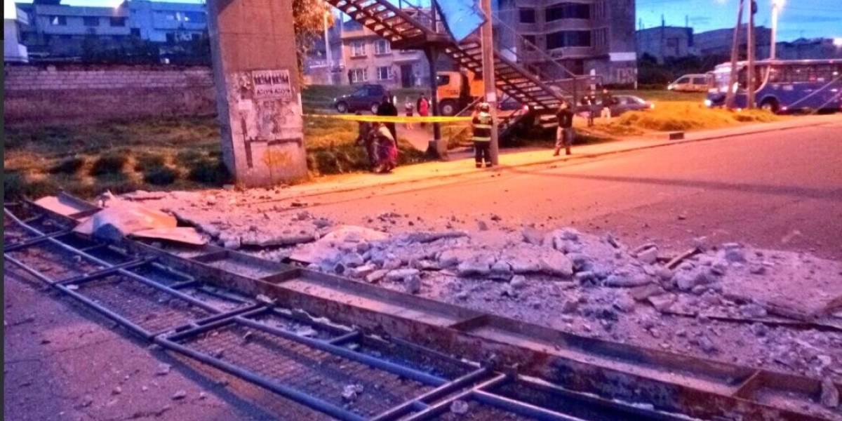 Puente peatonal colapsó tras un choque en la Av. Simón Bolívar, en Quito