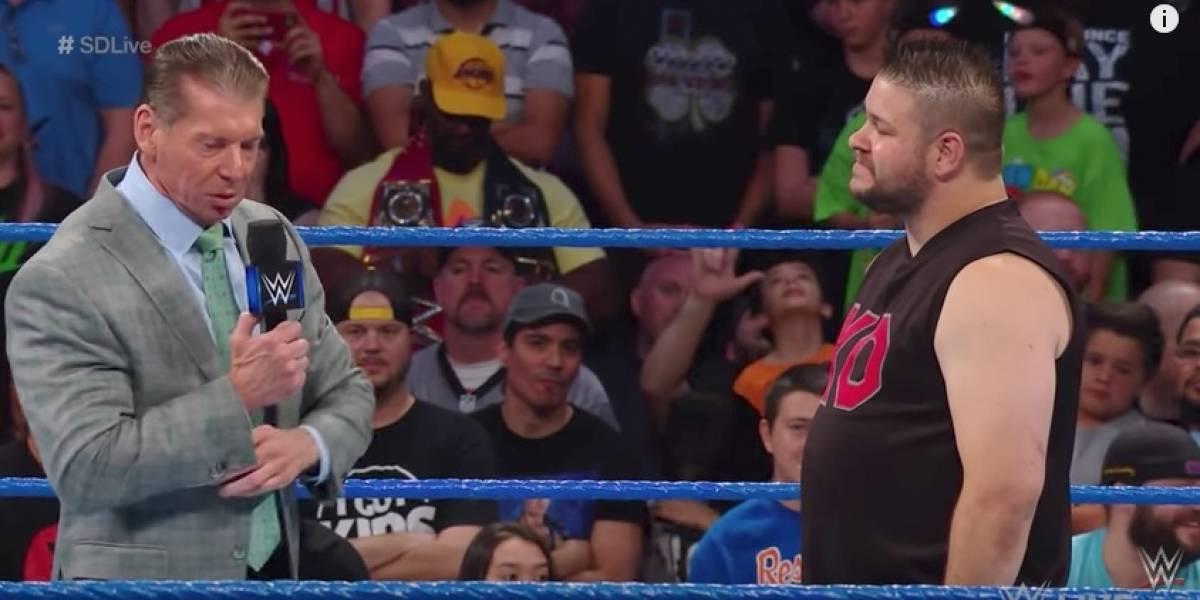 El brutal ataque de Kevin Owens a Vince McMahon en Smackdown Live