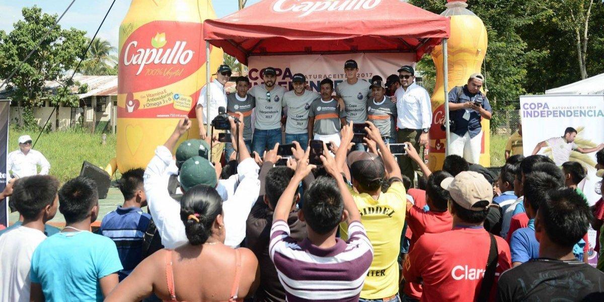 Los ídolos de Municipal llevan alegría a comunidad Playa Pataxte