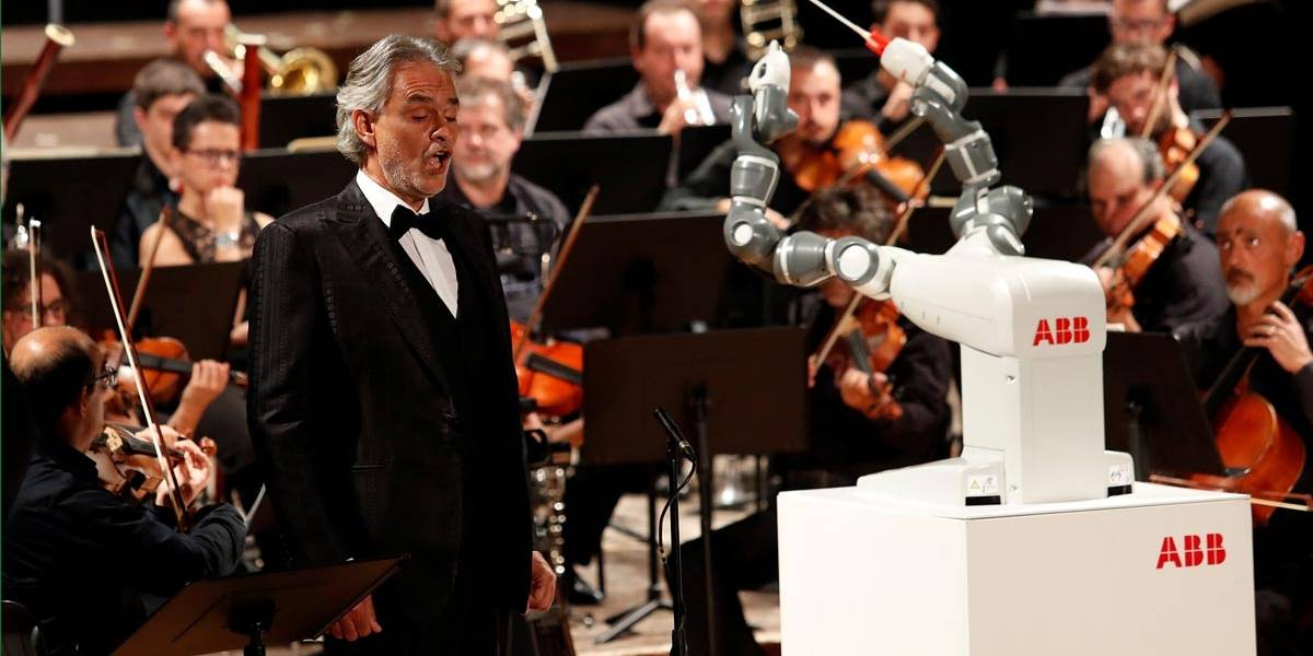 Robô rege orquestra com Andrea Bocelli na Itália