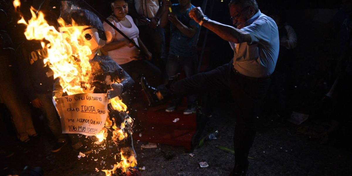 Manifestantes queman piñata del presidente Jimmy Morales