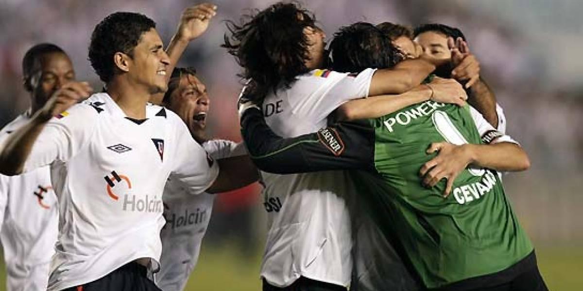 Hinchas del Fluminense celebran fuera del estadio