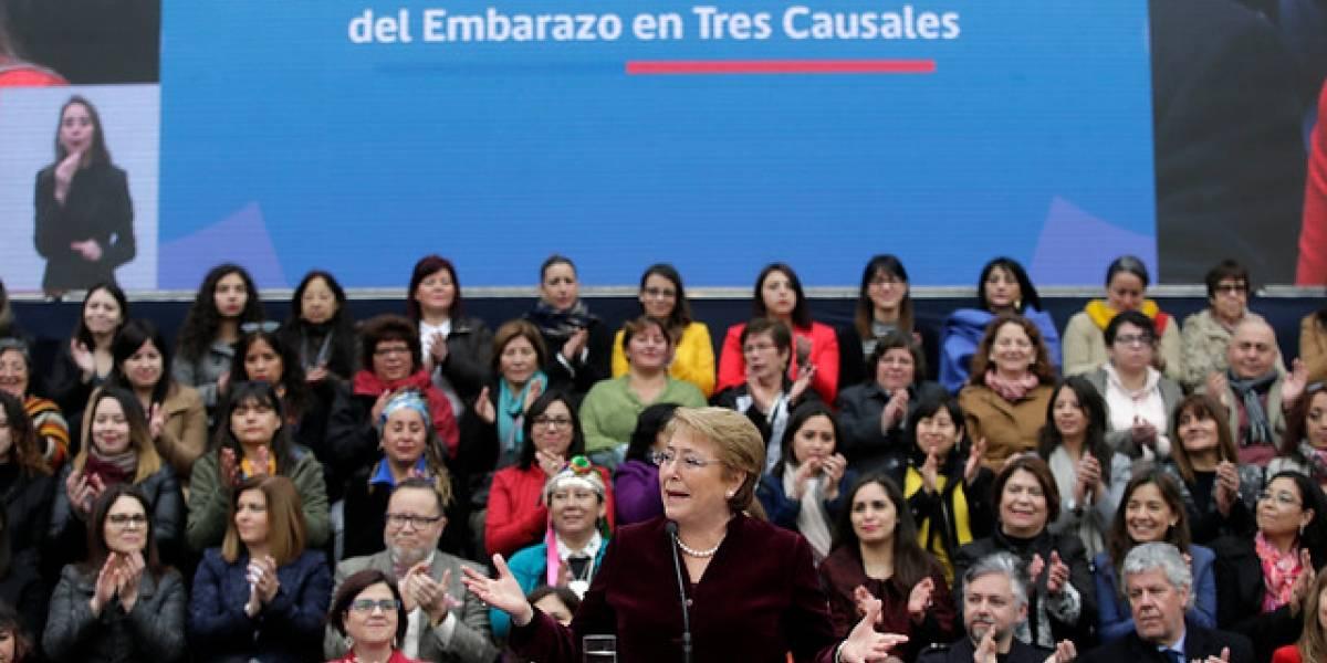 """Bachelet promulga histórica ley de aborto en tres causales: """"Estamos saldando una deuda enorme con las mujeres de Chile"""""""