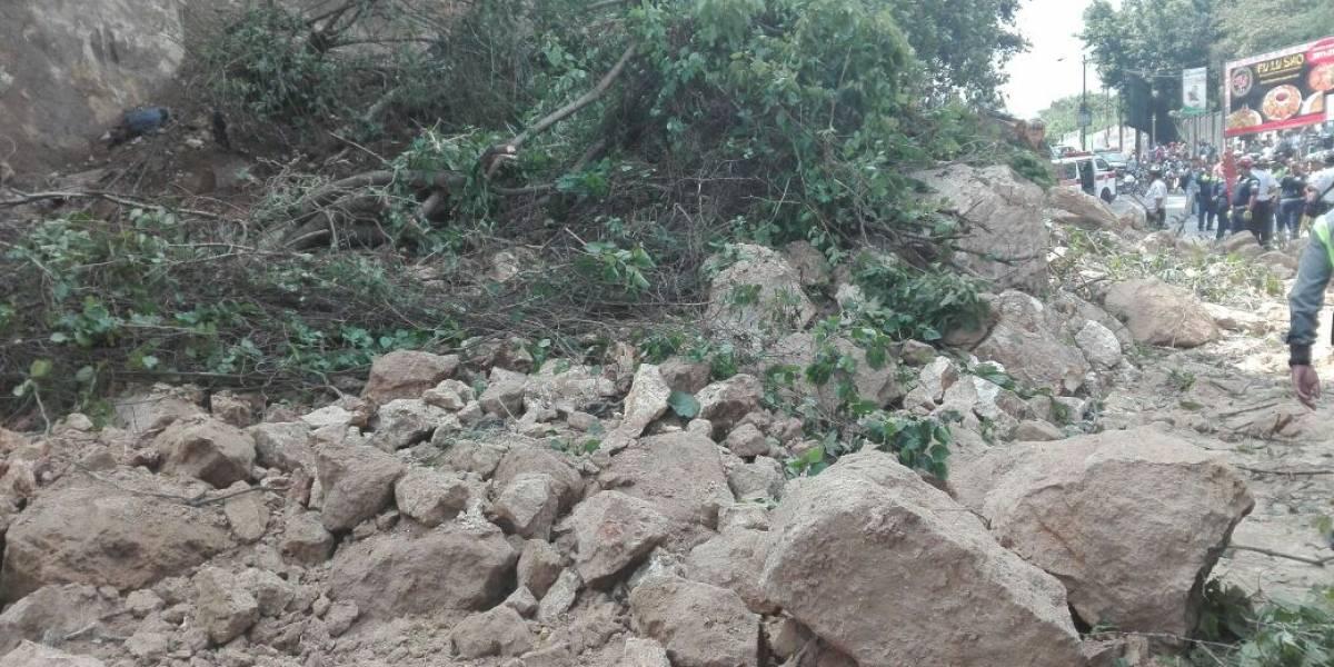 VIDEO. Paso cerrado en ruta hacia Boca del Monte por deslizamiento de tierra