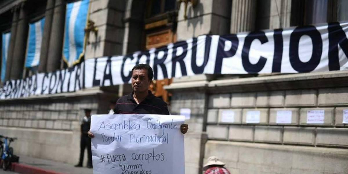 EN IMÁGENES. Queman piñatas con logo de partidos políticos frente al Congreso