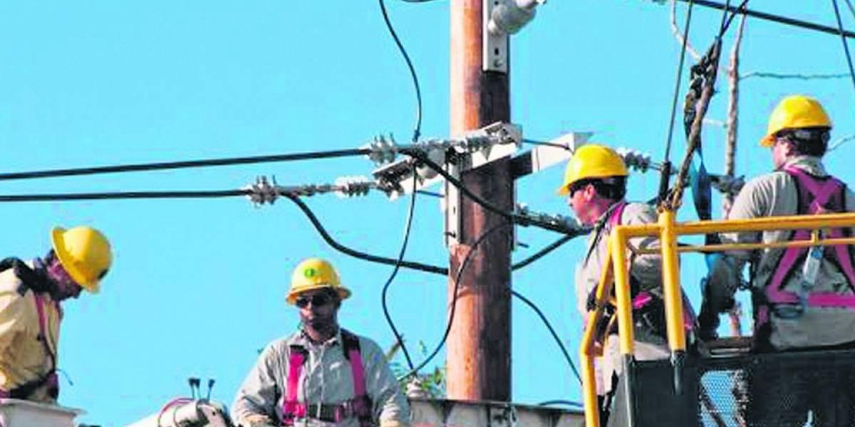 Catorce trabajadores accidentados en labores de restitución de la luz