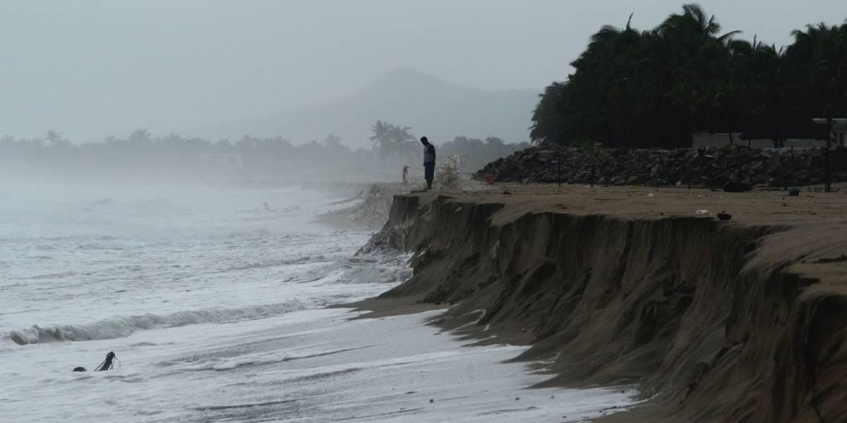 Huracán Max se debilita a tormenta tropical