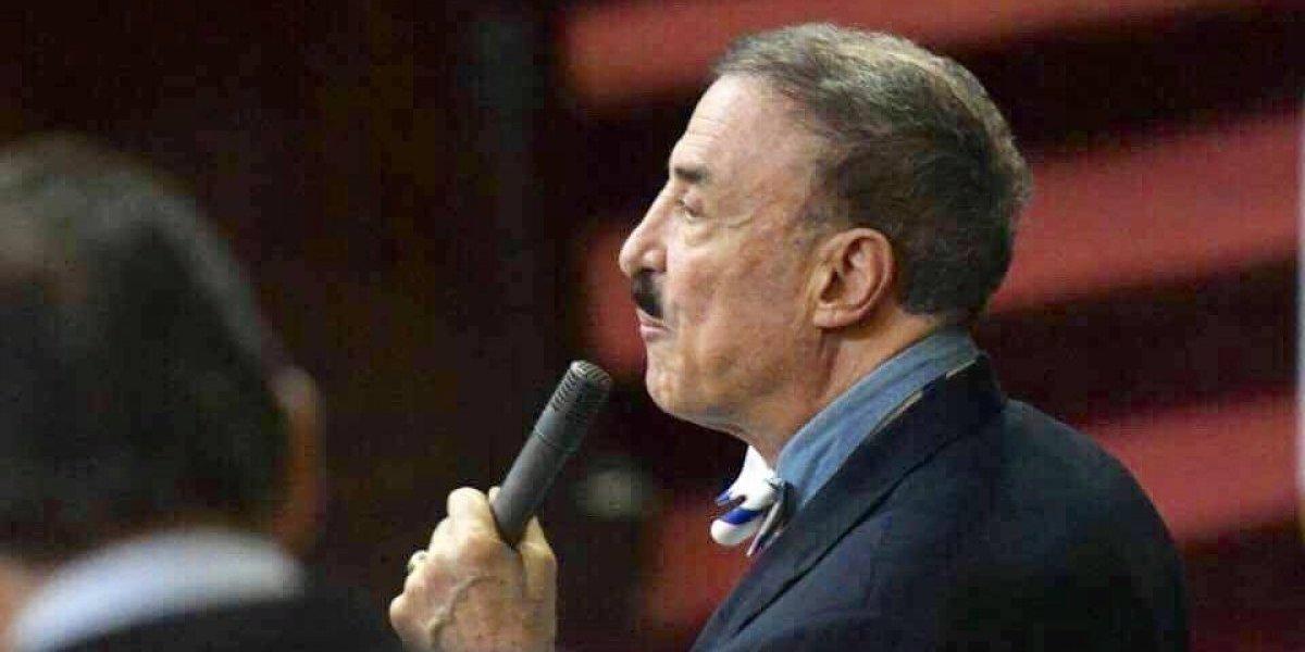 VIDEO. Le tiran agua al diputado Linares y se tropieza al entrar Congreso