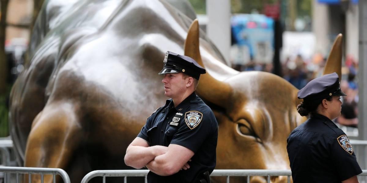 Arrestan mujer por vandalizar con pintura toro de bronce de Wall Street
