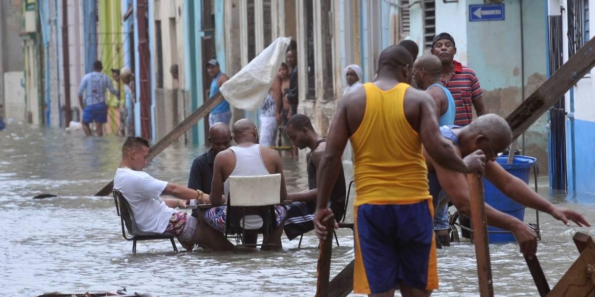 Revuelo por habaneros jugando dominó en plena inundación