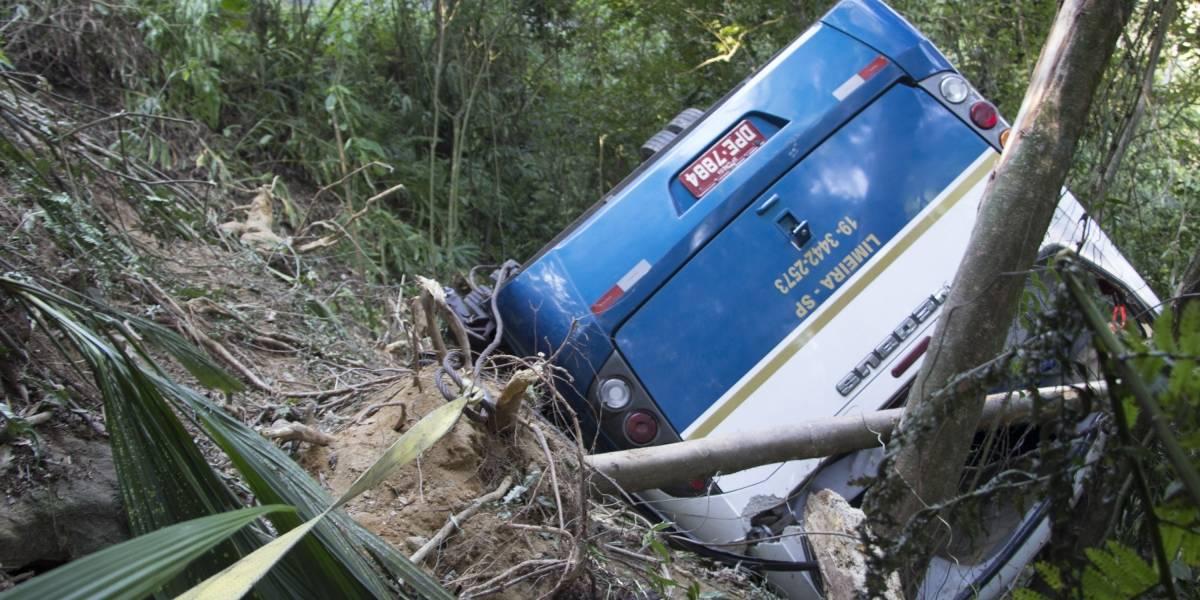 Ônibus despenca em ribanceira, mata 3 e fere 30