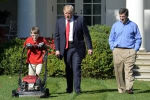 Niño podando jardín de Casa Blanca