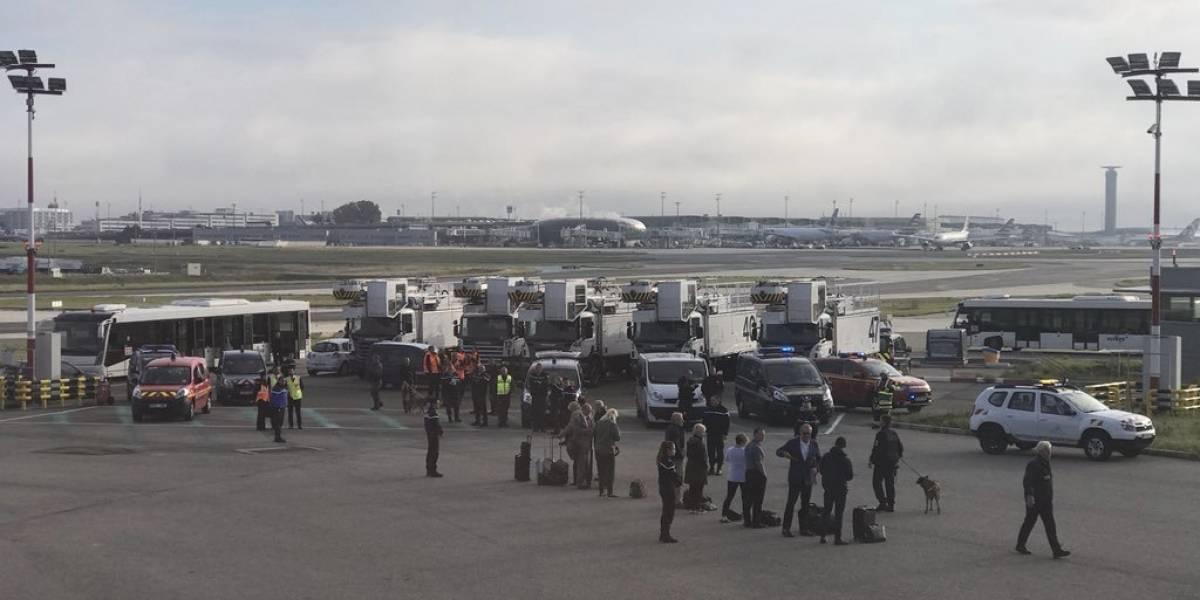 Evacúan avión en París por falsa amenaza de bomba