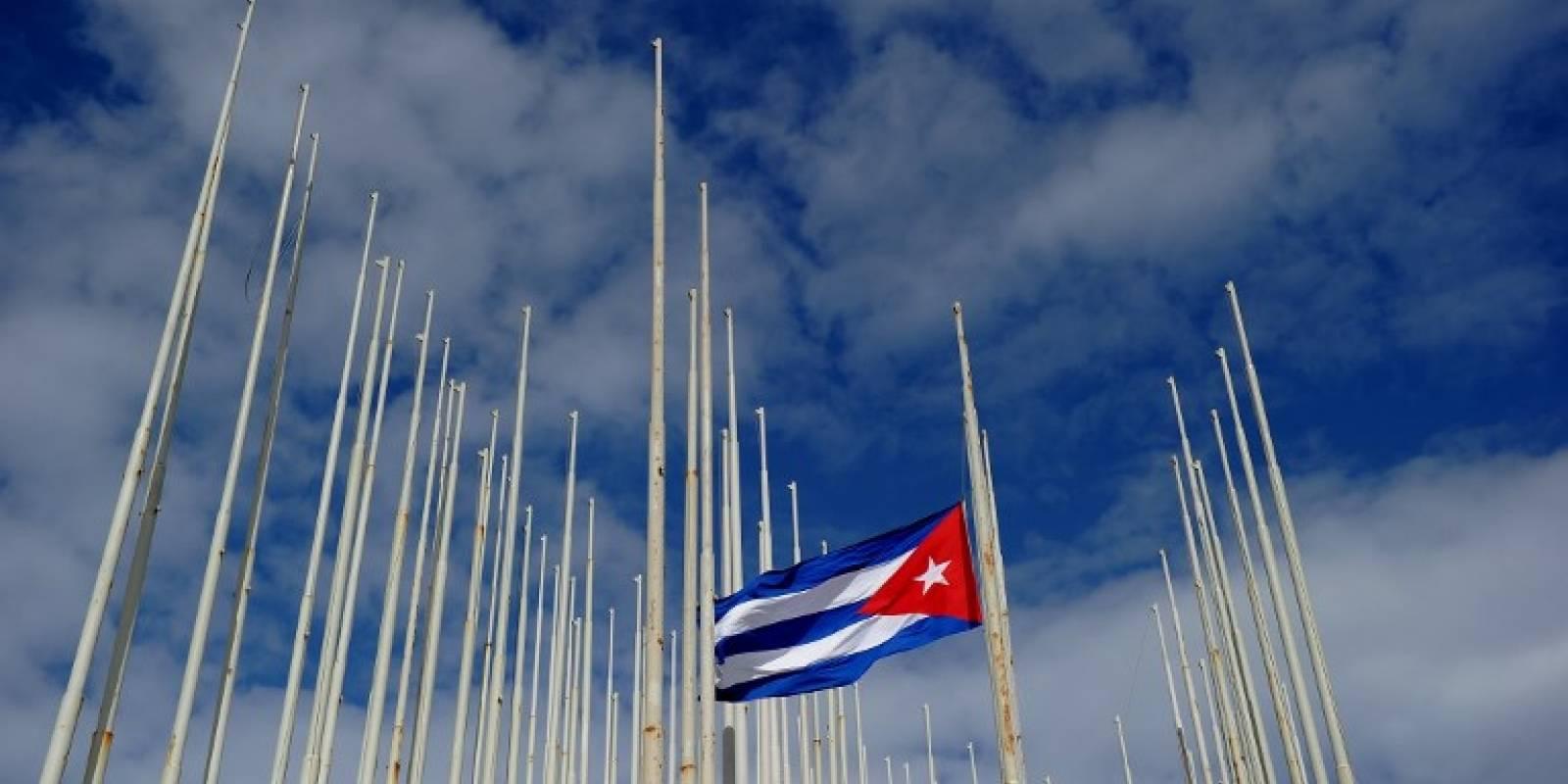 Bandera cubana frente a embajada de Estados Unidos, en La Habana