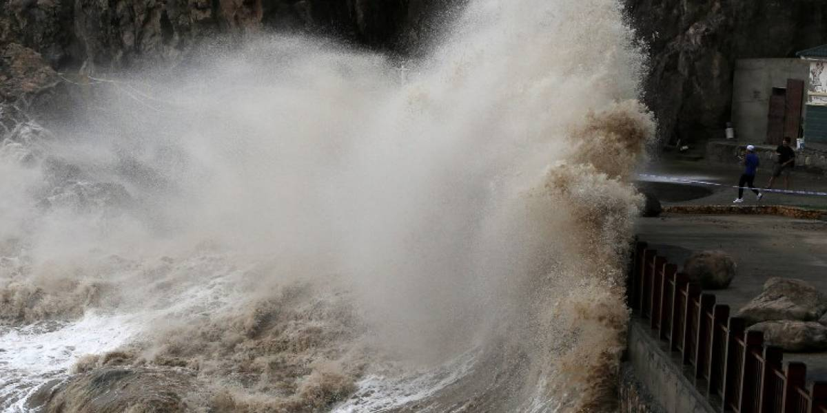 FOTOS. Tifón causa lluvias torrenciales y violentos vientos en Japón