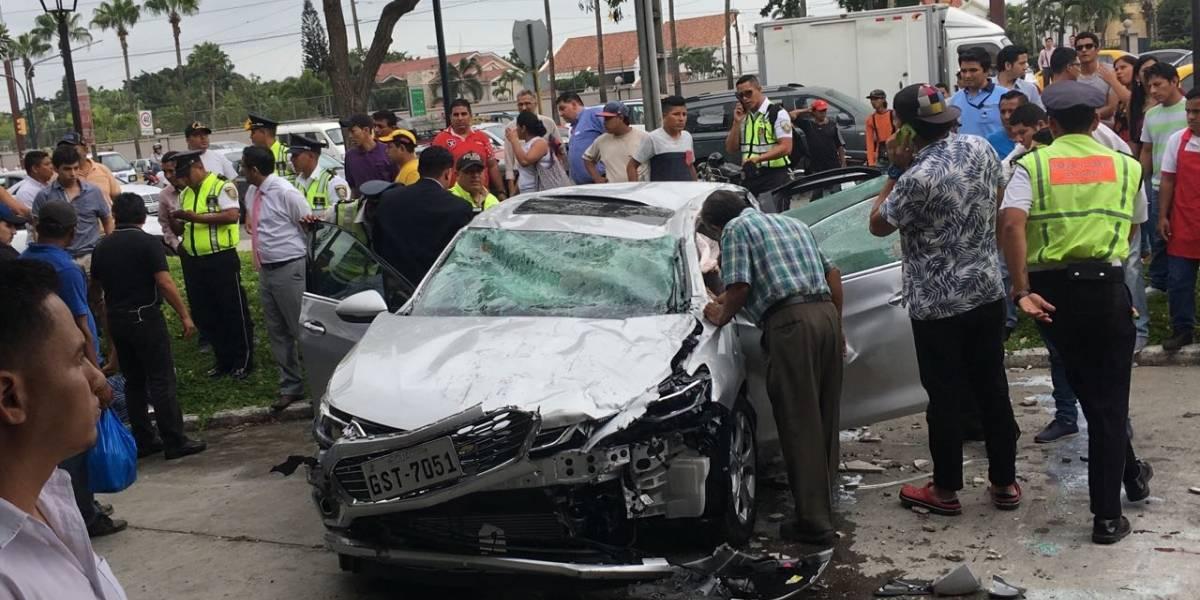 Auto cae del estacionamiento de un centro comercial en Guayaquil