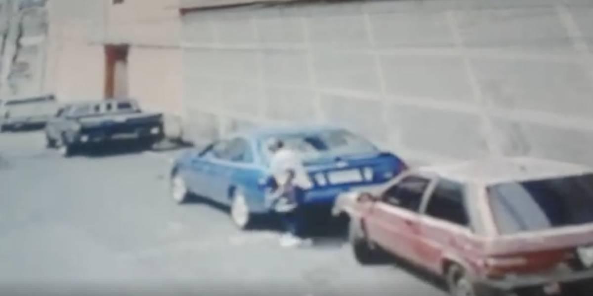 VIDEO. Ladrón roba en segundos la batería de un auto en Mixco