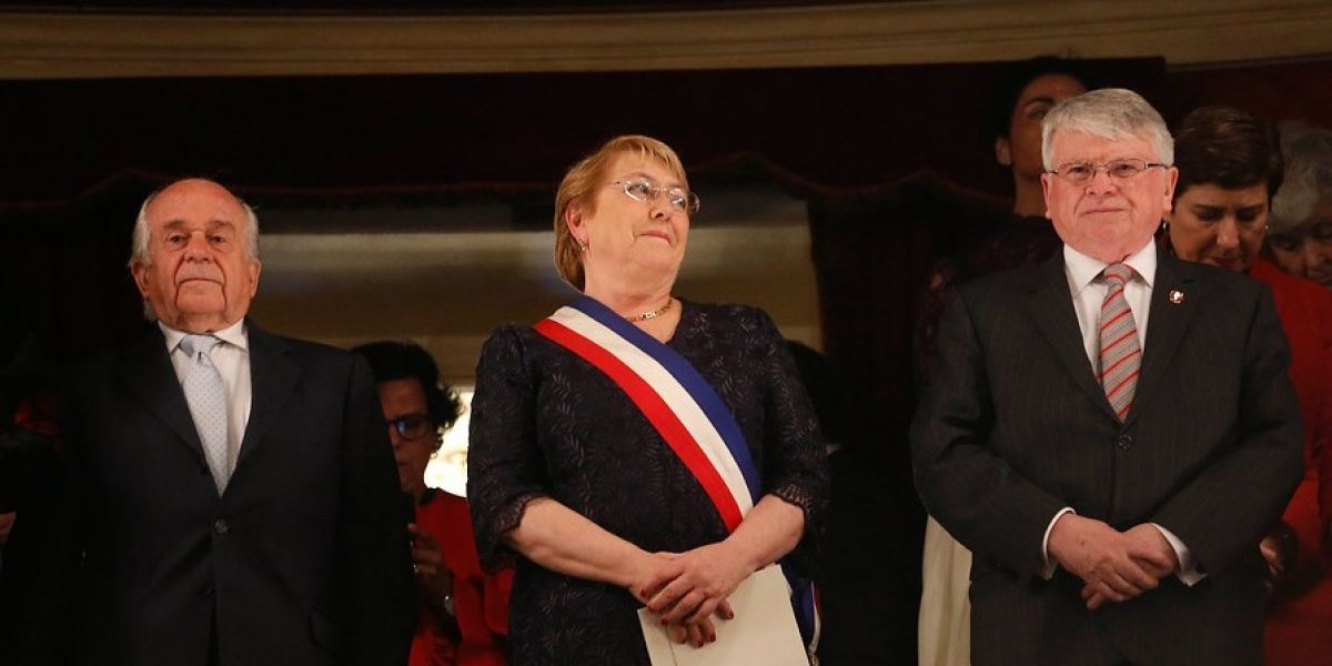 """Siguen las celebraciones de Fiestas Patrias: Presidenta asistió a la ópera """"La Cenicienta"""" en el Teatro Municipal"""