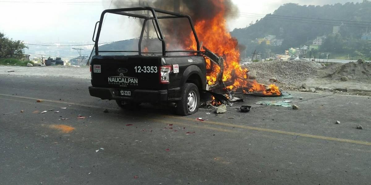 Pobladores de Naucalpan enfrentan a policías, destruyen y queman una patrulla