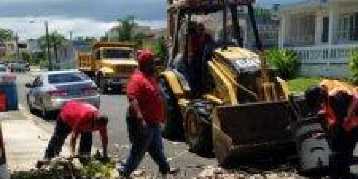 Recogen escombros peligrosos en Carolina ante paso de huracán María
