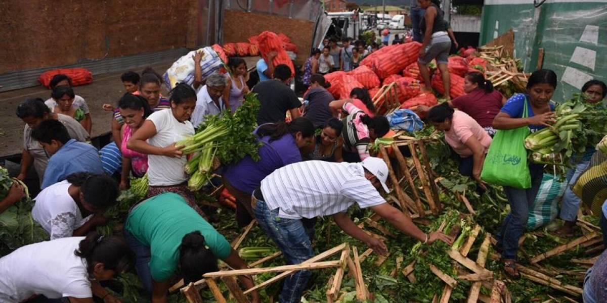 Colisión de tráiler que transportaba verduras es aprovechada por los vecinos