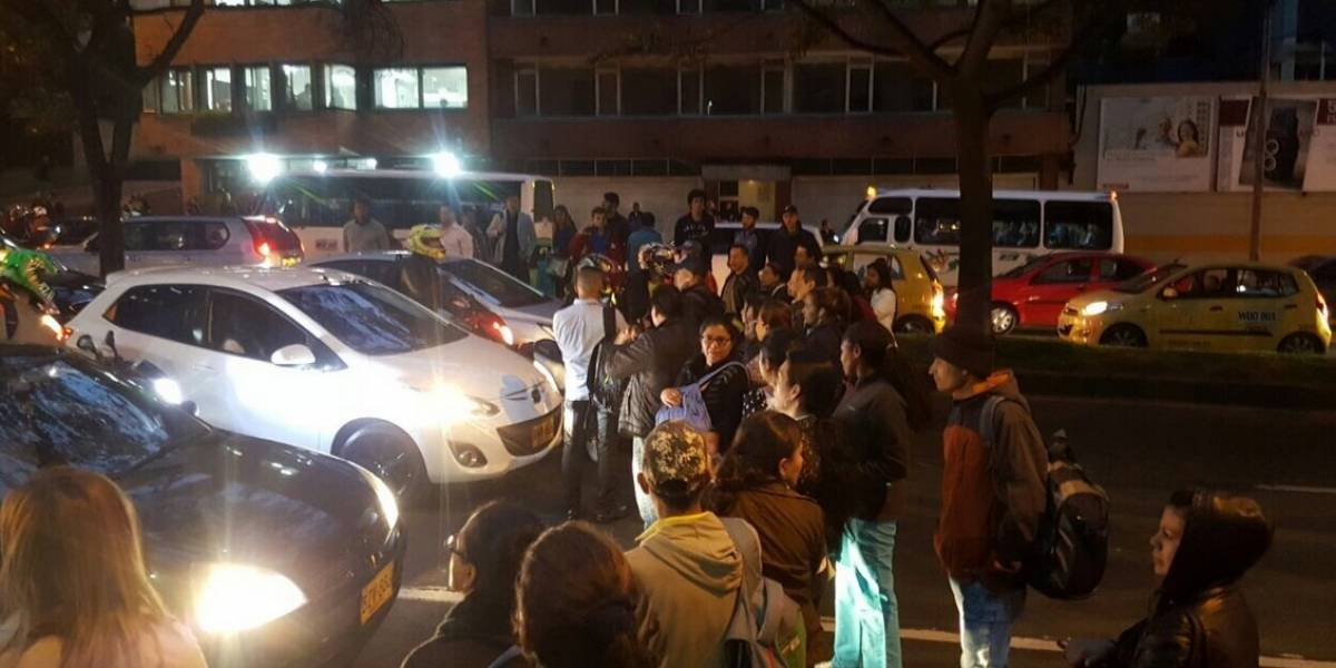 Ciudadanos indignados bloquean una calle del norte de la capital por demora de buses