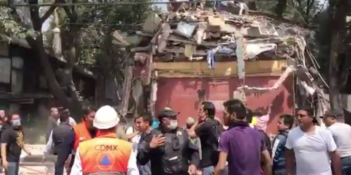 Rescatan a personas en edificio derrumbado en Alvaro Obregón