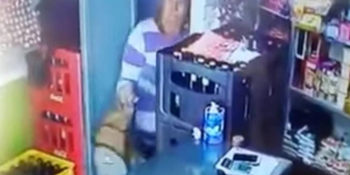 Video: Mujer pide prestado el baño en un tienda y aprovecha un descuido para robar