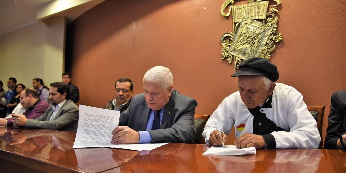 Alcalde de Cuenca firma acuerdo con comerciantes autónomos