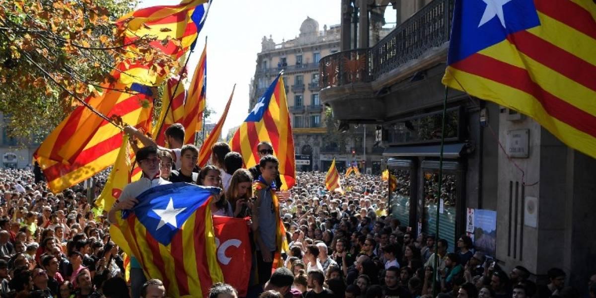 Miles de personas se vuelcan a las calles de Cataluña para defender referendum y en protesta por detención de ministros