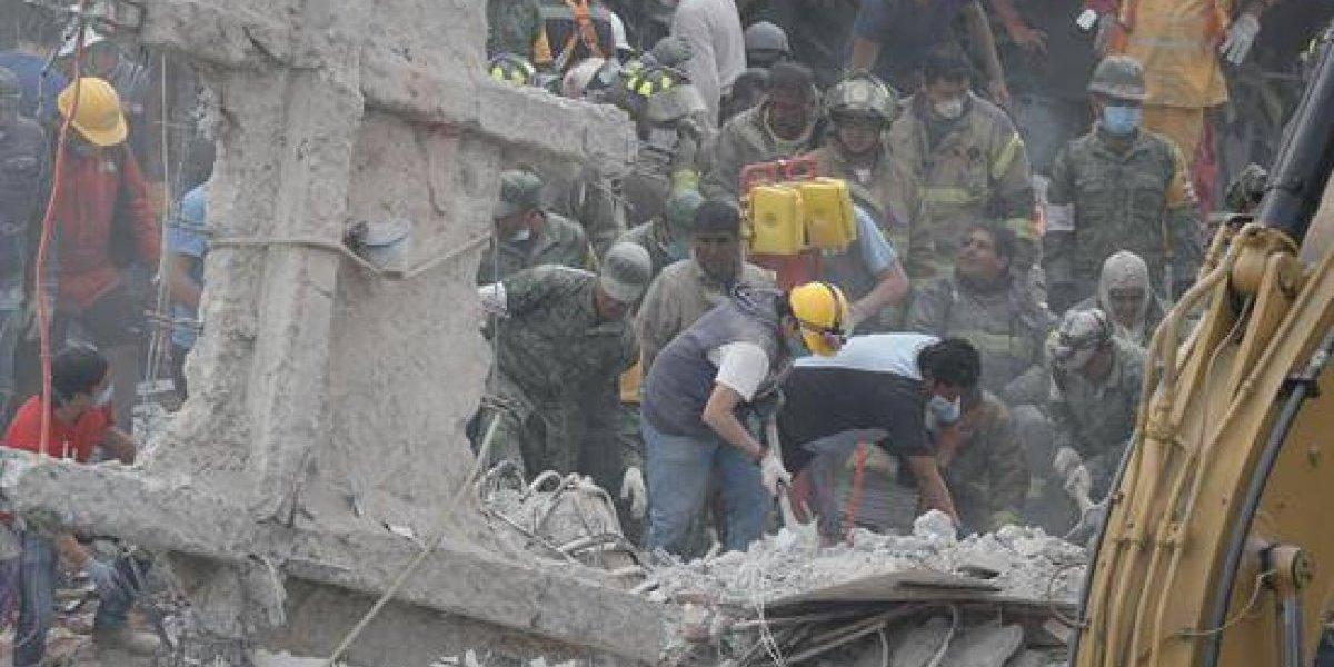 """Al ritmo de """"Cielito Lindo"""" rescatistas buscan a víctimas del terremoto de México"""