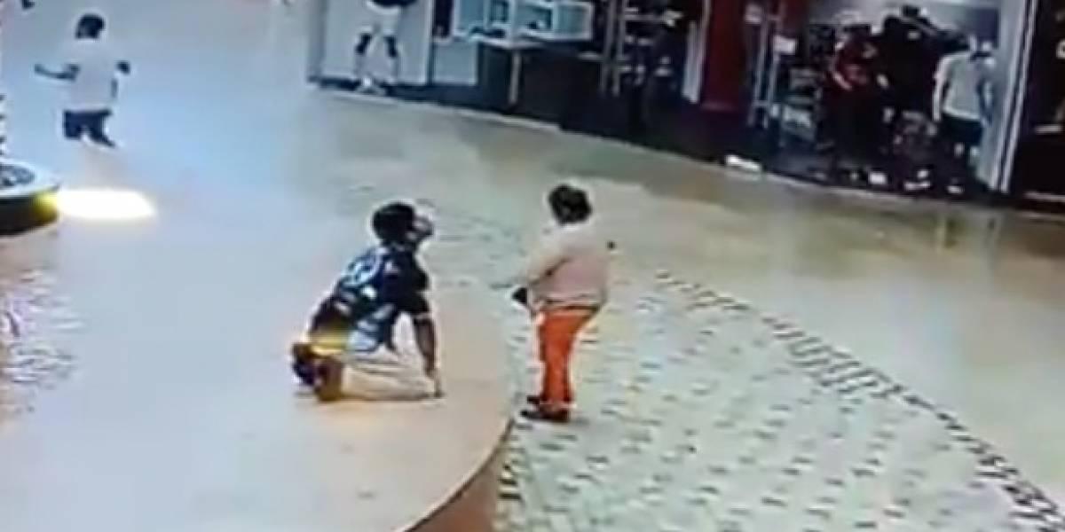 [VIDEO] Mujer se salva de morir aplastada durante el terremoto en México