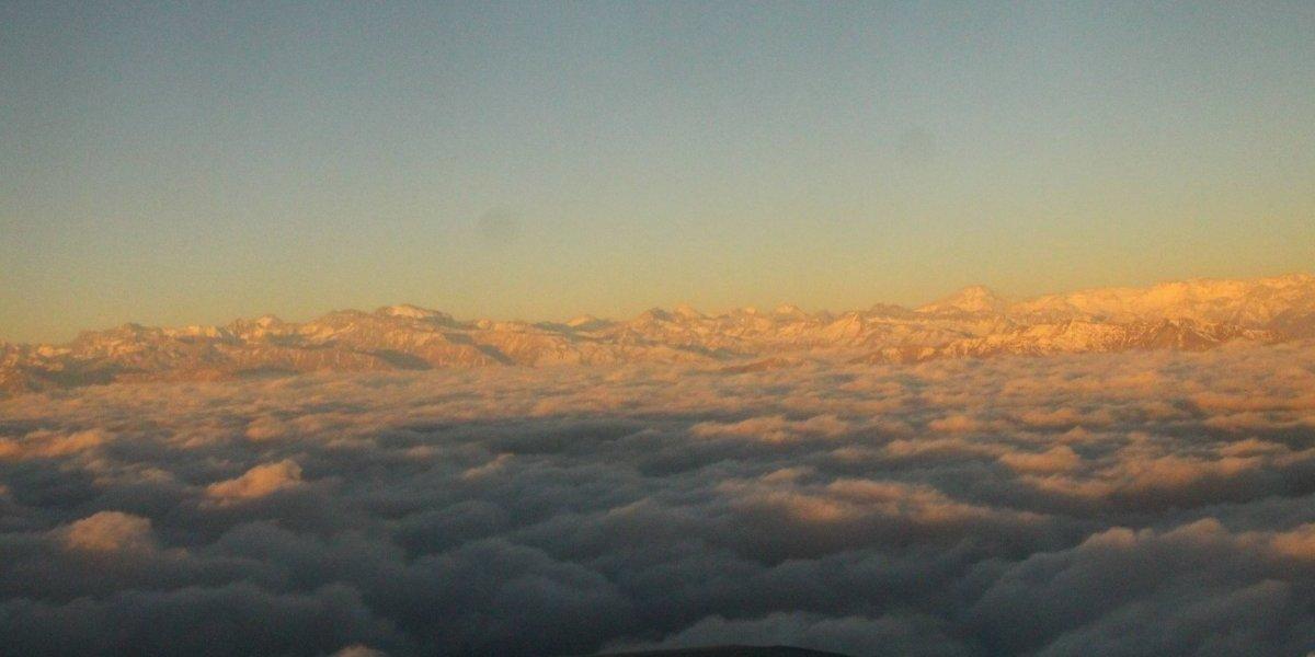 ¡Increíble! Así de maravilloso se ve un atardecer desde un vuelo sobre cielo chileno