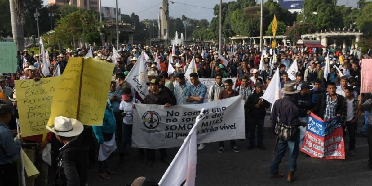 Manifestantes se reúnen en distintos puntos previo a iniciar caminatas