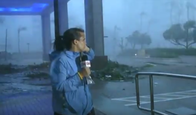 A esta reportera de CNN casi se la lleva el huracán María