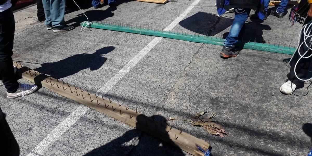 PDH solicita a manifestantes retirar tablas con clavos que bloquean paso vehicular
