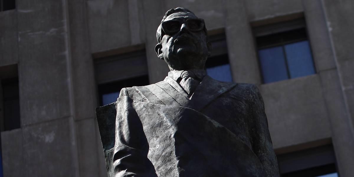 Propuesta de Kast: más de 20 mil personas firman petición para retirar estatua de Allende de la Plaza de la Constitución