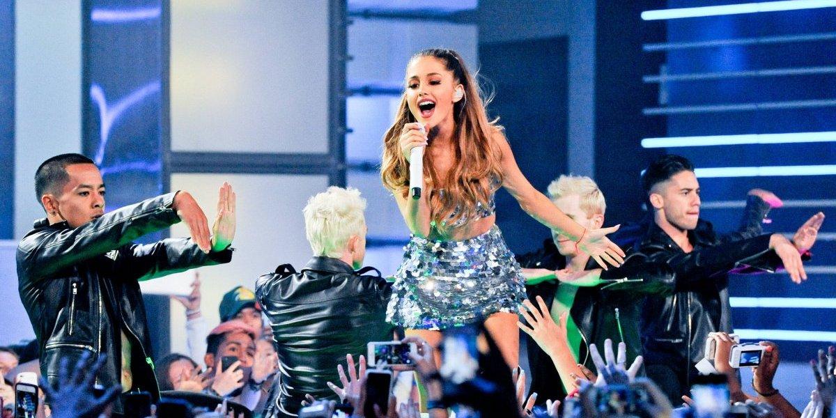 VIDEO. Ariana Grande estuvo a punto de sufrir una aparatosa caída en pleno concierto