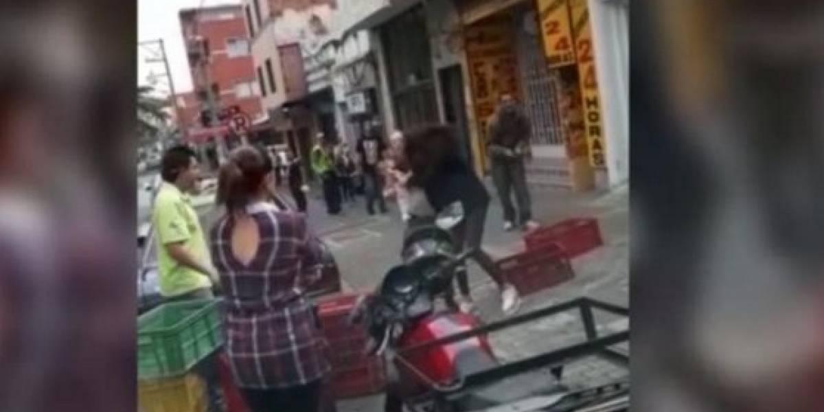 Modelo colombiana y su suegra se fueron a los golpes en plena calle