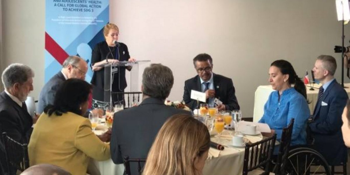 Bachelet: Chile dona 2 dólares a cooperación extranjera por cada pasaje de avión comprado en el país