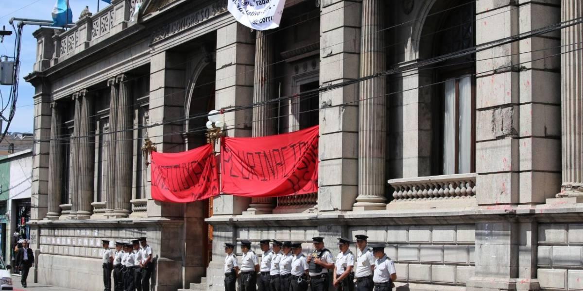 Manifestaciones y presencia policial en las afueras del Congreso previo a sesión
