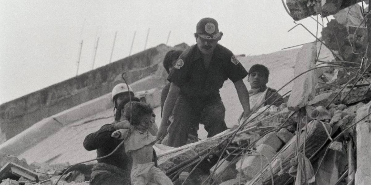 """La historia de """"Monchito"""": el otro niño fantasma del terremoto de México de 1985"""