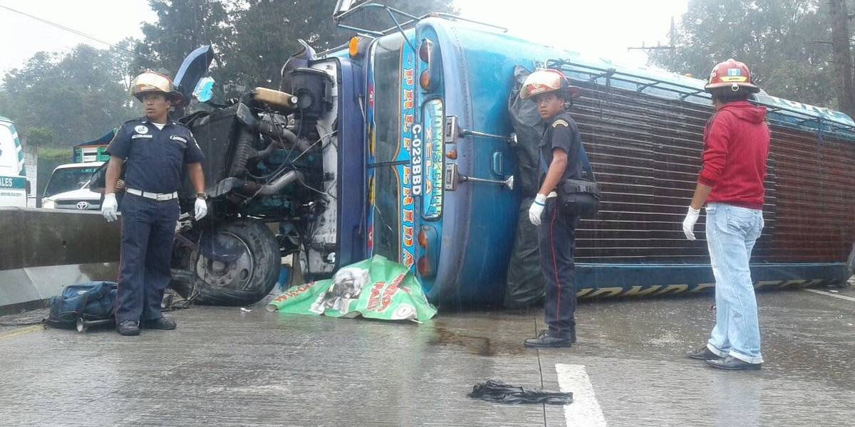 Dos fallecidos y al menos 10 heridos tras volcar autobús en ruta Interamericana