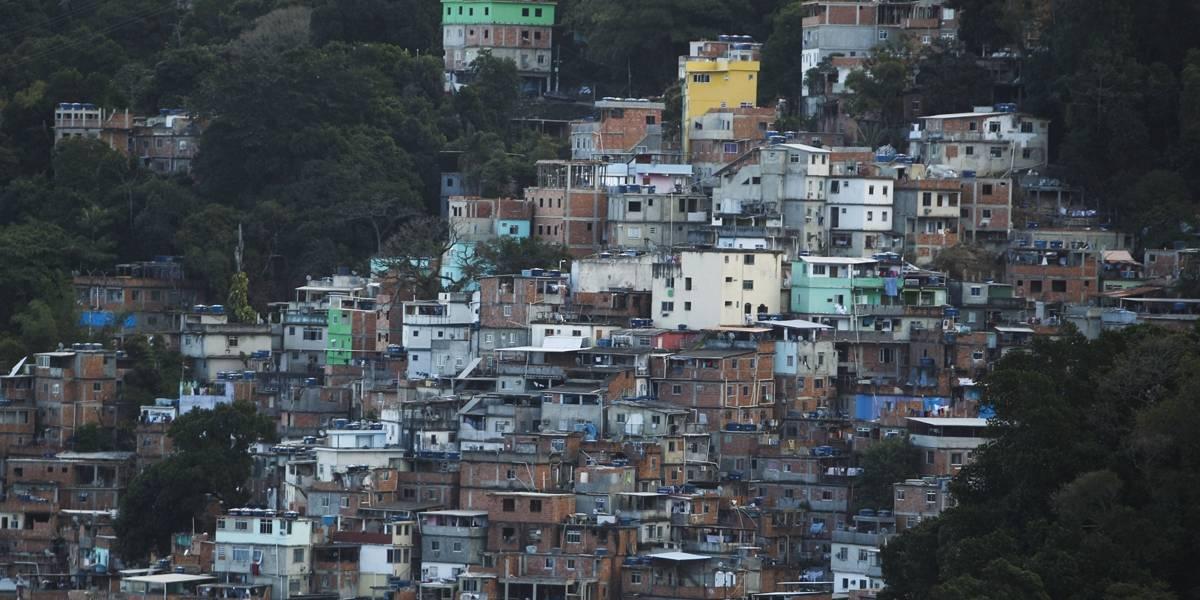 PM é ferido em tiroteio durante ação de bombeiros contra incêndio na Rocinha